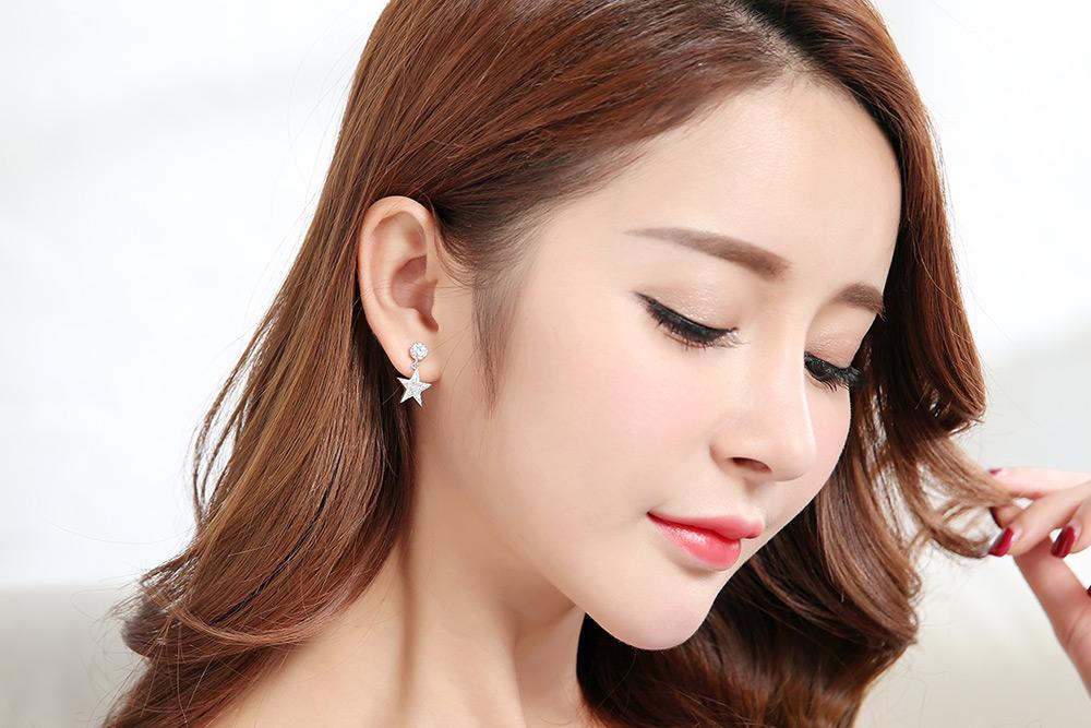 模特兒配戴展示:時尚個性,創新輕鬆零負擔的黏貼式耳環設計,經典造型加上高品質鋯鑽鑲嵌,讓您展現您的個人style。不用穿耳洞也可以免除長時間配戴耳夾/夾式耳環的不舒適感。