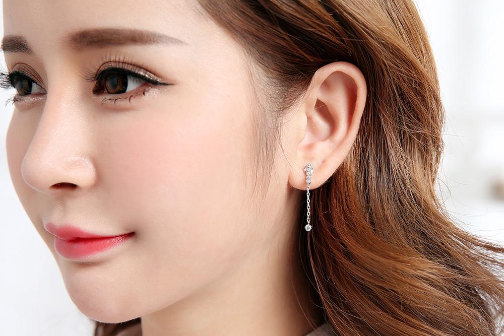 模特兒配戴展示:簡約個性的迷你流蘇黏貼式耳環,高質感鋯鑽配上流蘇設計,走出您自己的獨特風格。不用穿耳洞也可以免除長時間配戴耳夾/夾式耳環的不舒適感。