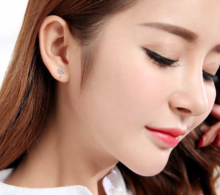 模特兒配戴展示:璀璨耀眼的小星星,潔白優美的月亮,精巧可愛且不對稱的造型設計,讓您可愛迷人優雅美麗。黏貼式耳環不用穿耳洞也可以免除長時間配戴耳夾/夾式耳環的不舒適感。