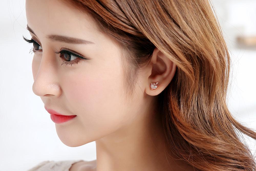 模特兒配戴展示:優雅氣質迷人的燦爛金色,高品質水滴鋯鑽點綴,光影晃動下閃耀翩翩,創新黏貼式耳環設計,讓目光都聚集在您身上。不用穿耳洞也可以免除長時間配戴耳夾/夾式耳環的不舒適感。