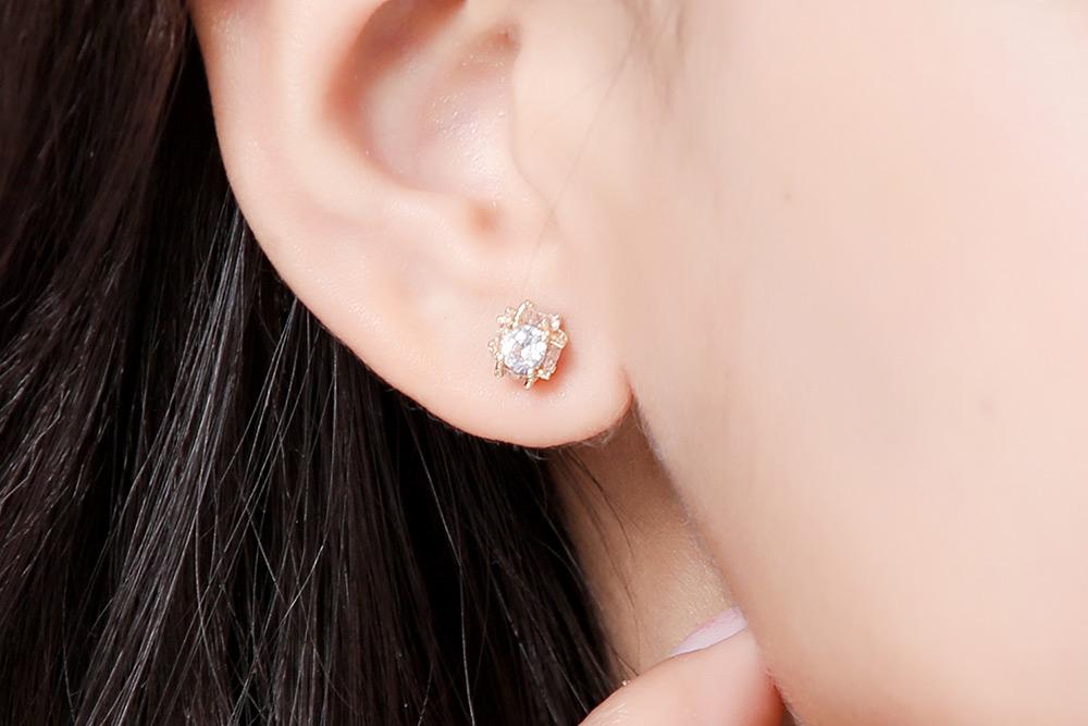 模特兒配戴展示:精緻小巧閃耀動人的圓形亮鑽,適合各式穿搭造型,無耳洞黏貼式設計輕鬆使用,免除長時間配戴耳夾/夾式耳環的不舒適感,展現亮眼迷人的優雅姿態。