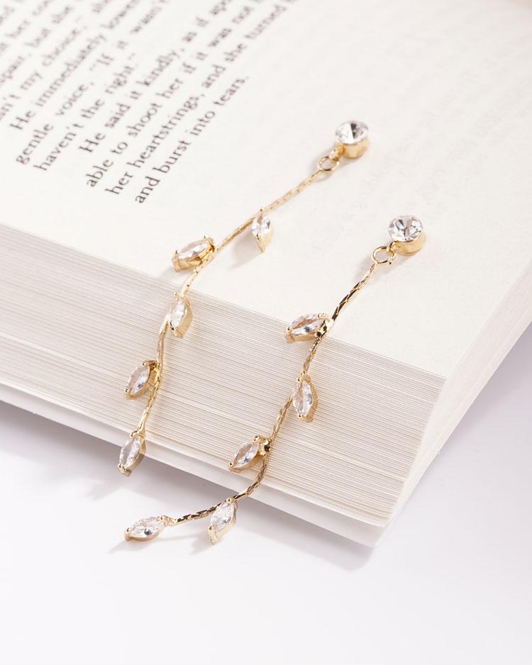 精巧迷人水鑽嫩葉鍍金 無耳洞黏貼式耳環 場景展示