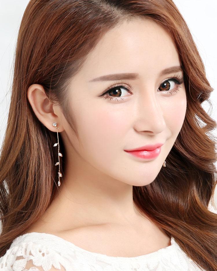 精巧迷人水鑽嫩葉鍍金 無耳洞黏貼式耳環 模特兒展示