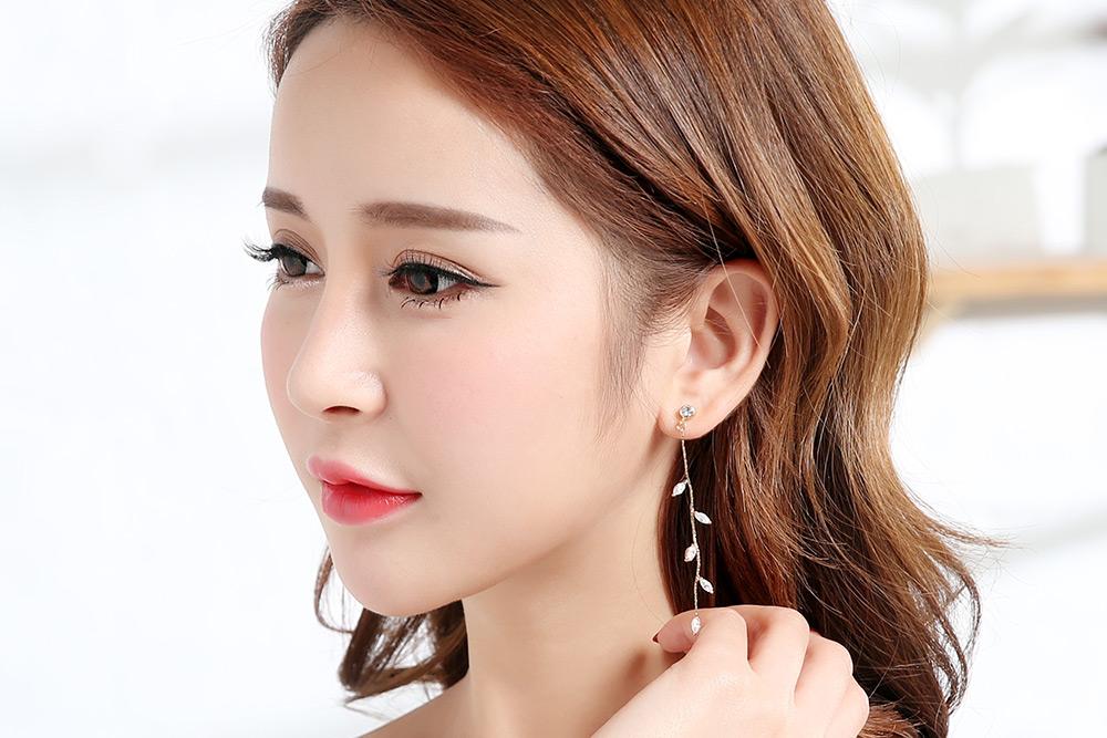 模特兒配戴展示:優雅精緻迷人的金色動感光彩,高品質水鑽點綴,光影晃動下閃耀翩翩,創新黏貼式耳環設計,免夾免耳洞就能輕鬆使用。不用穿耳洞也可以免除長時間配戴耳夾/夾式耳環的不舒適感。