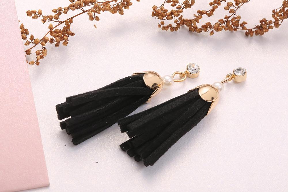 時尚氣質珍珠流蘇黏式耳環,桌上展示。