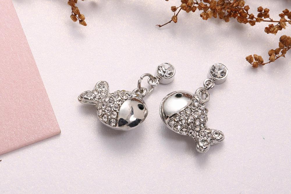 富貴開運鑲鑽小魚黏式耳環,桌上展示。