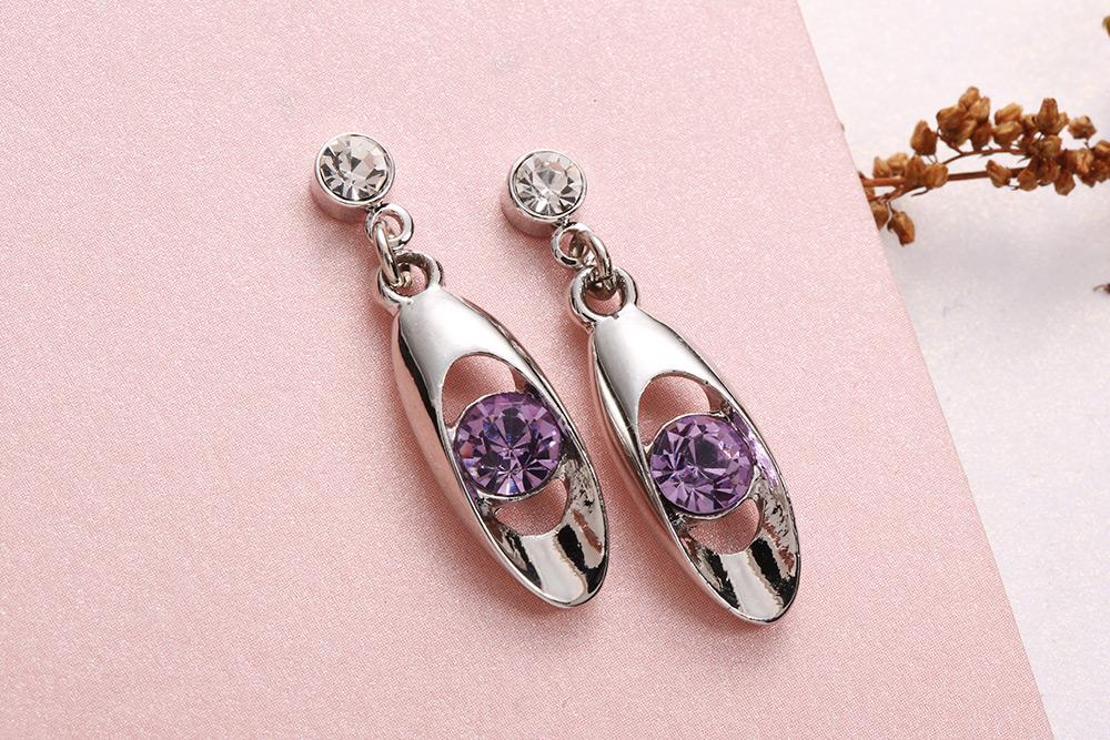 銀白時尚幾何亮鑽黏式耳環,桌上展示。
