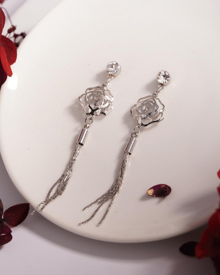 高雅復古簍空玫瑰流蘇 耳針/無耳洞黏貼式耳環 場景展示