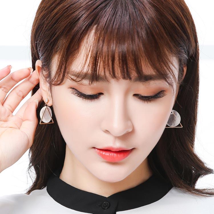 模特兒配戴展示:高品質天然貝切割製作,別緻細膩的半透明質感,高雅獨特與眾不同,搭配質感簍空三角五金,無耳洞黏貼式設計讓您輕鬆展現充滿迷人風采的自己,免除長時間配戴耳夾/夾式耳環的不舒適感。