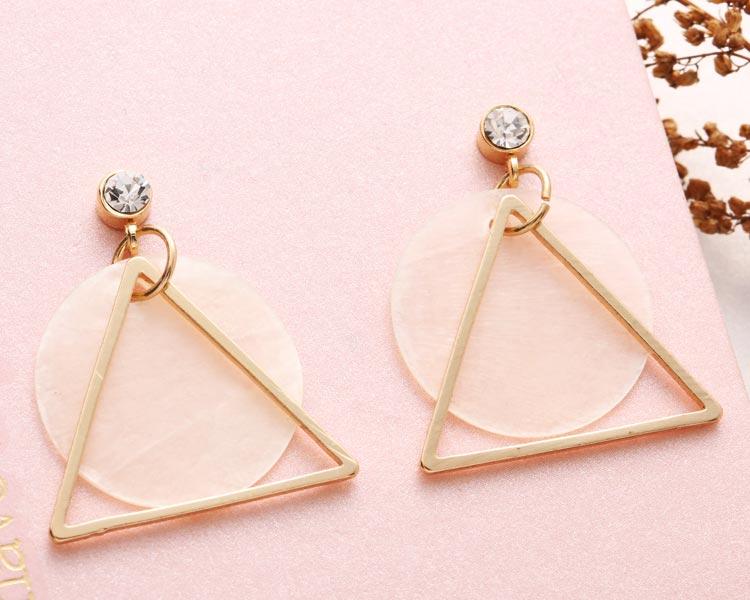 別緻透亮圓形天然貝殼 耳針/黏式耳環,桌上展示。