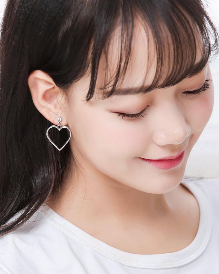 清新簡約簍空桃心 耳針/無耳洞黏貼式耳環 模特兒展示