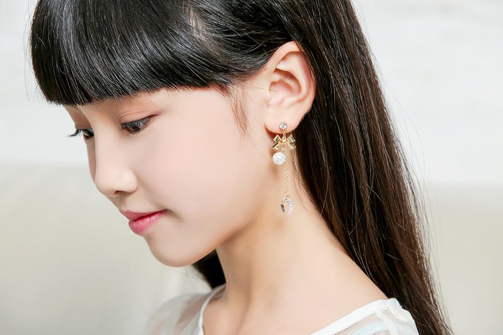模特兒配戴展示:天使純白的翅膀、蝴蝶結愛心玻璃水晶,不對稱的設計,讓您配戴起來自然有氣質,輕鬆無負擔的創新黏貼式耳環,不用穿耳洞也可以免除長時間配戴耳夾/夾式耳環的不舒服感。