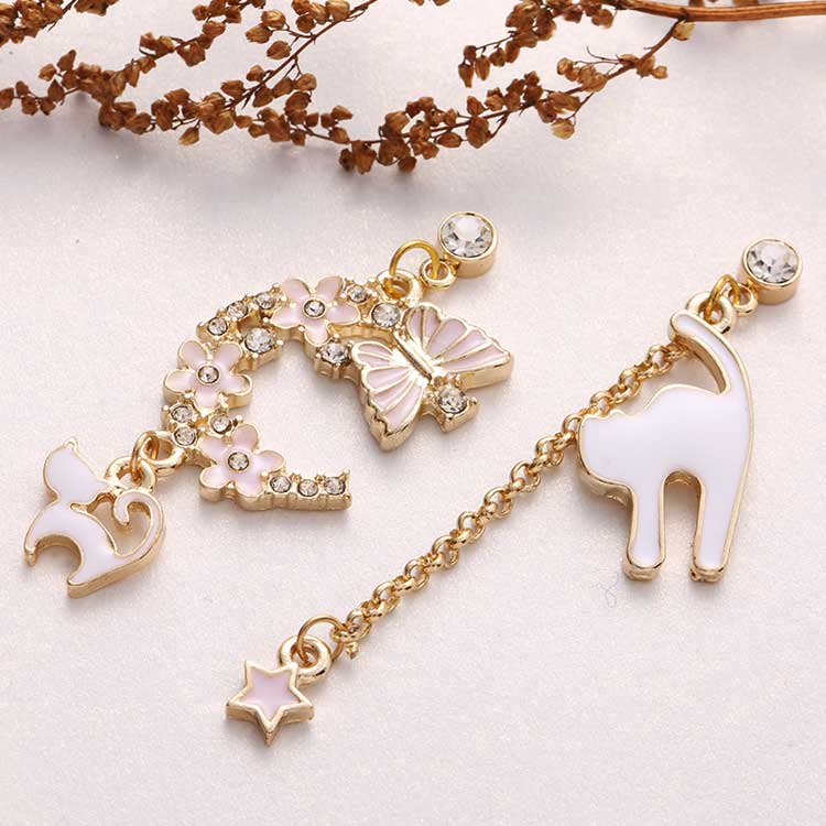 粉色櫻花貓咪星星不對稱 耳針/黏式耳環,桌上展示。