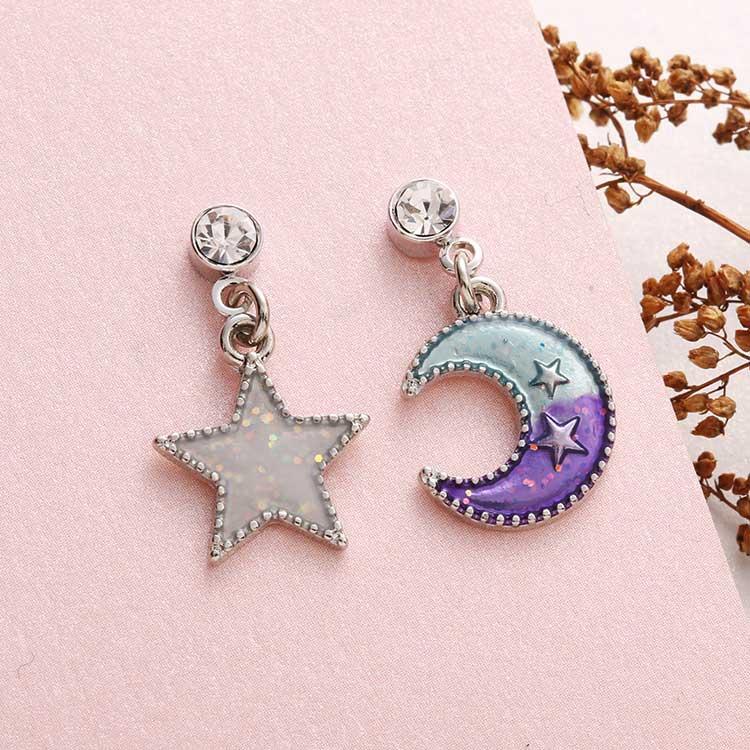 日系魔幻童趣星星月亮 耳針/黏式耳環,桌上展示。