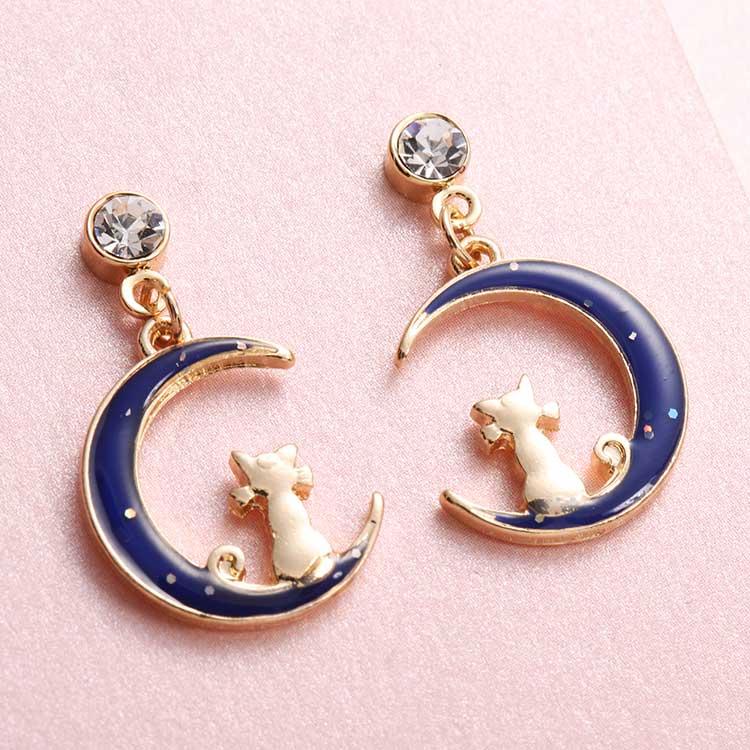 日系夢幻月亮小貓咪無黏式耳環,桌上展示。