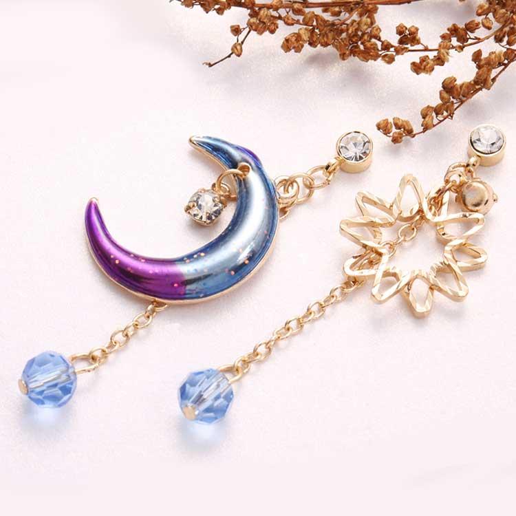 日系炫彩星星月亮 耳針/黏式耳環,桌上展示。