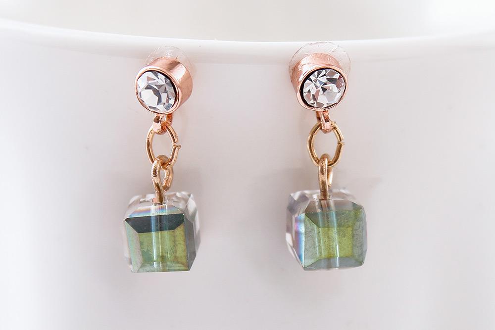 愛情魔方多彩玻璃 耳針/黏式耳環,桌上展示。