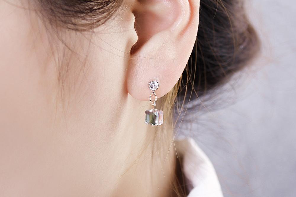 模特兒配戴展示:閃耀清透的玻璃珠在光線的折射下展現亮麗色彩,精緻有型清新百搭的方塊造型,無耳洞黏貼式設計,免除長時間配戴耳夾/夾式耳環的不舒適感,讓您輕鬆展現迷人風情