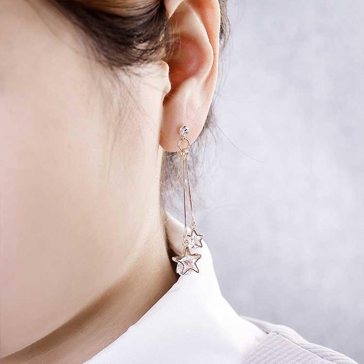 模特兒配戴展示:時尚亮麗的五角雙星設計,高雅別緻充滿復古浪漫氣息,長款設計點綴於臉側更顯修飾臉型亮眼吸睛,無耳洞黏貼式設計,免除長時間配戴耳夾/夾式耳環的不舒適感