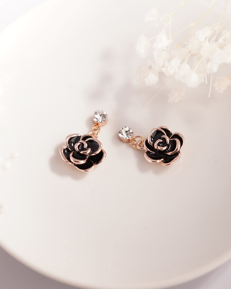 典雅鍍金黑玫瑰 耳針/無耳洞黏貼式耳環 場景展示