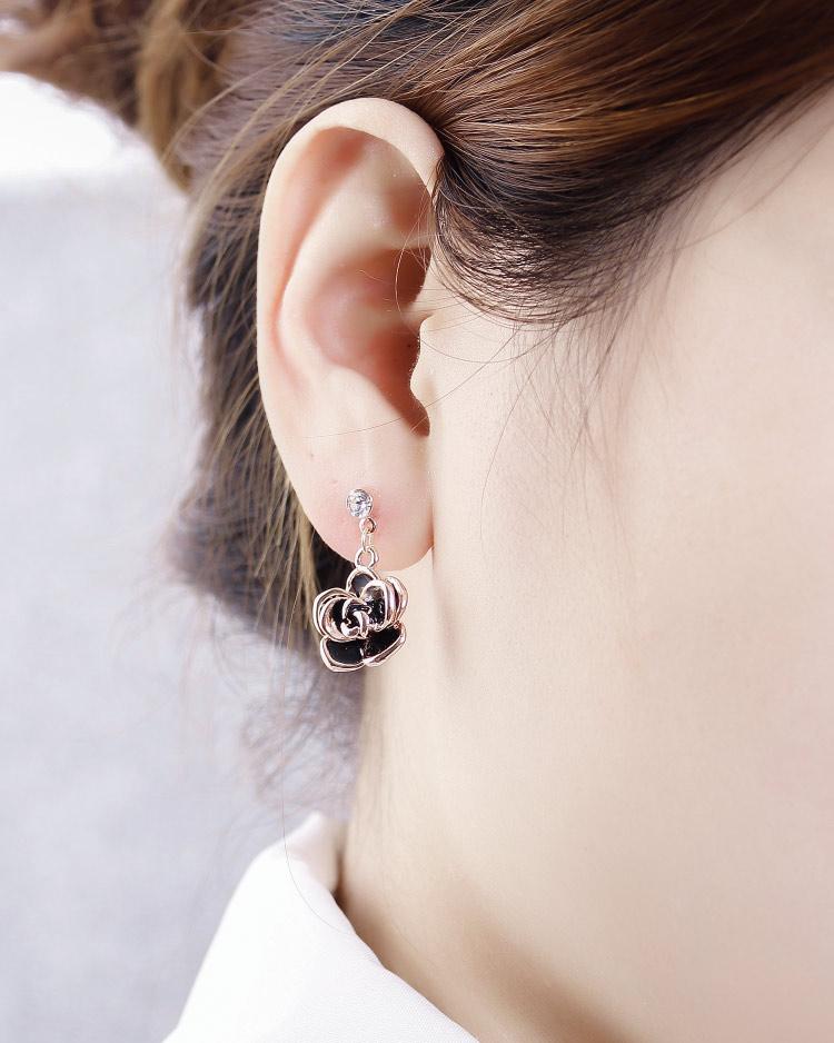 典雅鍍金黑玫瑰 耳針/無耳洞黏貼式耳環 模特兒展示