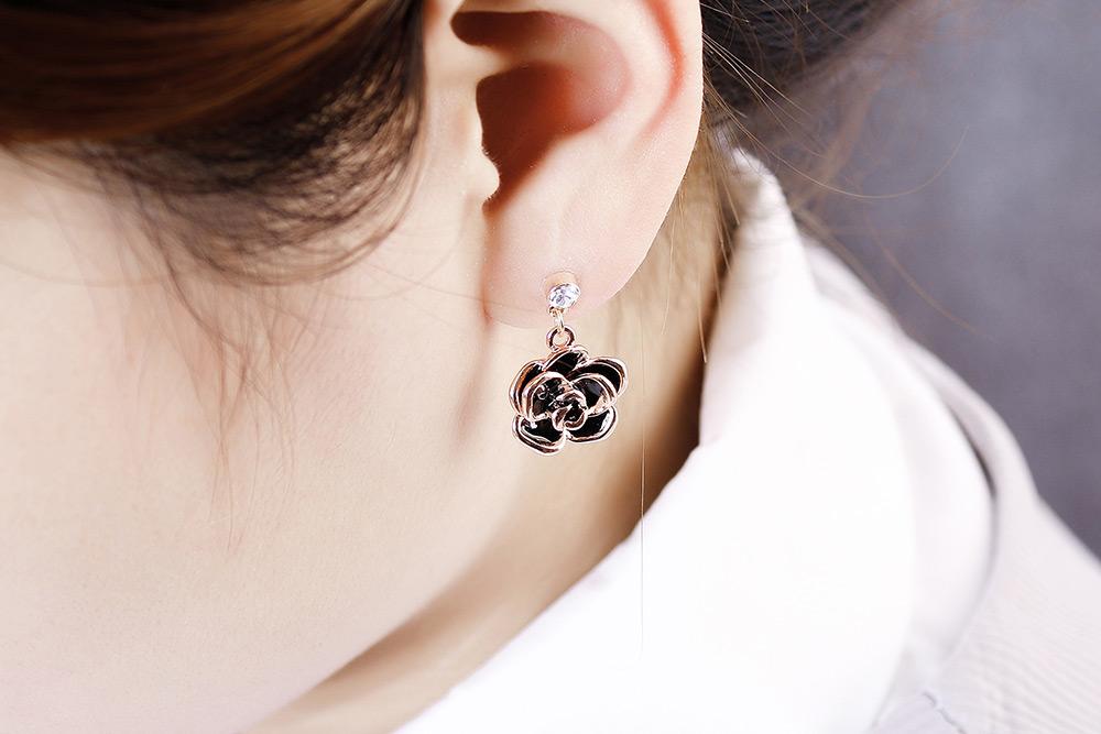 模特兒配戴展示:浪漫典雅的鍍金黑玫瑰花,搭配高品質水鑽耀眼吸睛時尚百搭適合各式場合穿著,無耳洞黏貼式設計,免除長時間配戴耳夾/夾式耳環的不舒適感,讓您輕鬆配戴