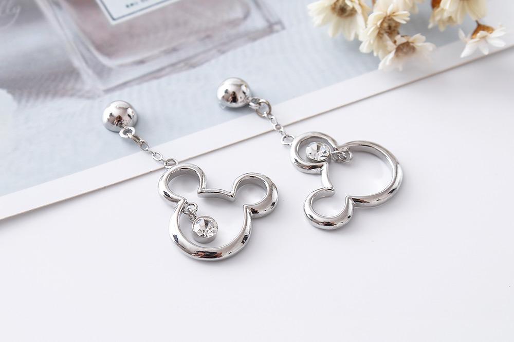 個性白金米奇亮鑽 耳針/黏式耳環,桌上展示。