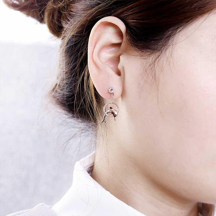 模特兒配戴展示:可愛的飛耀的小海豚造型,清新甜美動感吸睛,文藝百搭適合更是穿搭場合,無耳洞黏貼式設計,免除長時間配戴耳夾/夾式耳環的不舒適感