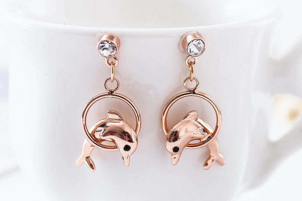 可愛鍍金小海豚 耳針/黏式耳環,桌上展示。