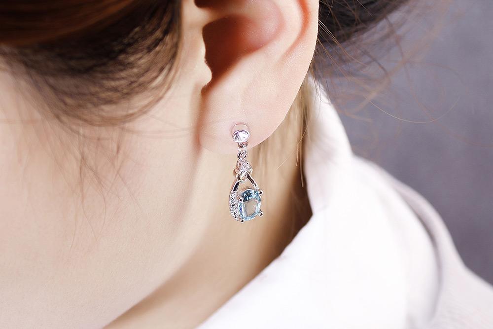 模特兒配戴展示:耀眼清透的淡藍色,特殊愛心交錯設計,鑽石鑲嵌的點綴,無耳洞黏貼式設計,沒有長時間配戴耳夾/夾式耳環的不舒適感,讓您氣質出眾無負擔。