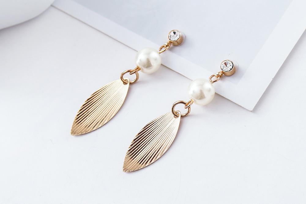 森林系氣質珍珠樹葉 耳針/黏式耳環,桌上展示。