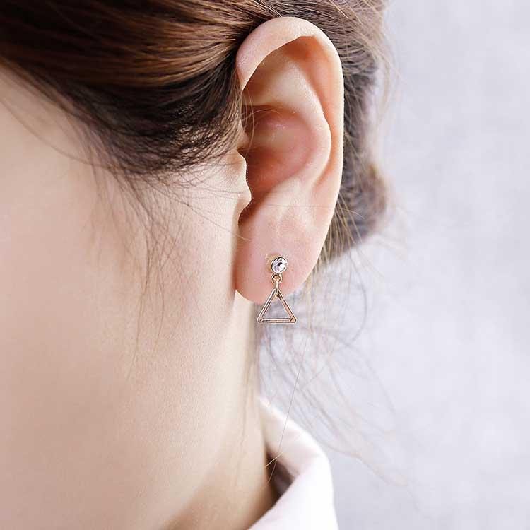 模特兒配戴展示:極簡的風格搭配上精緻幾何三角形的設計,簡單卻不失時尚,無耳洞黏貼式設計讓您輕鬆展現充滿迷人風采的自己,免除長時間配戴耳夾/夾式耳環的不舒適感。