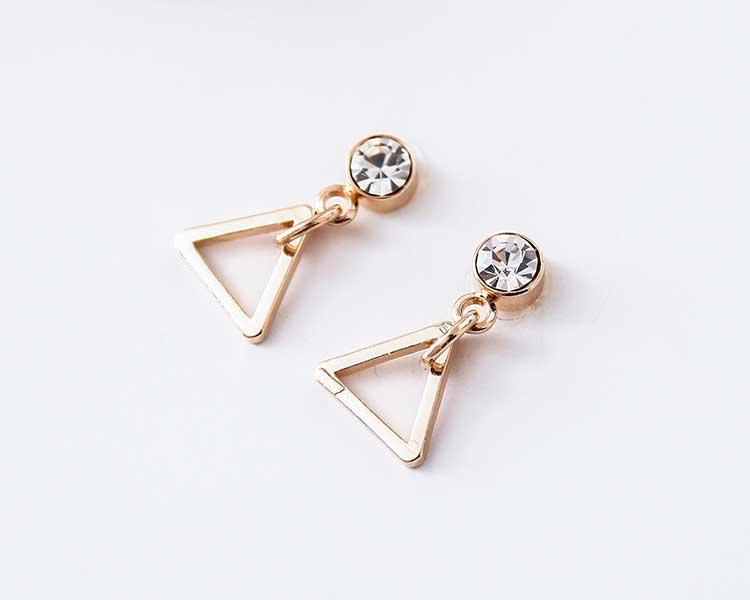 極簡幾何精緻三角 耳針/黏式耳環,桌上展示。
