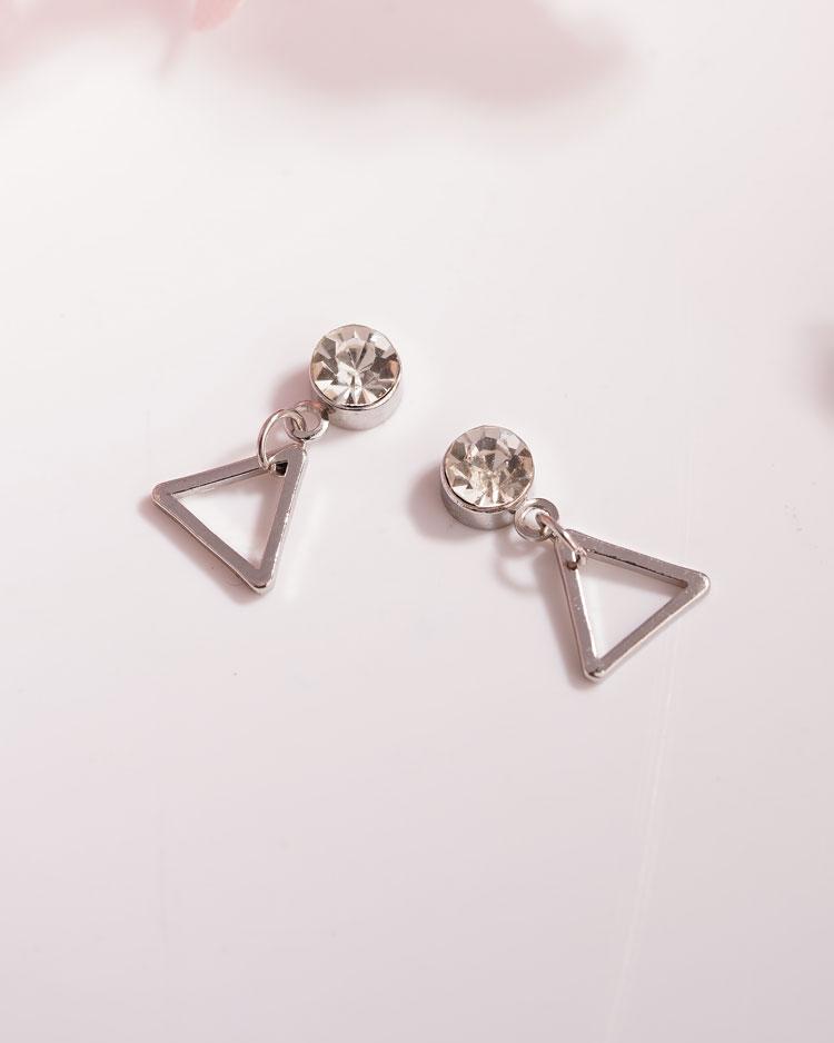 極簡幾何精緻三角 耳針/無耳洞黏貼式耳環 場景展示