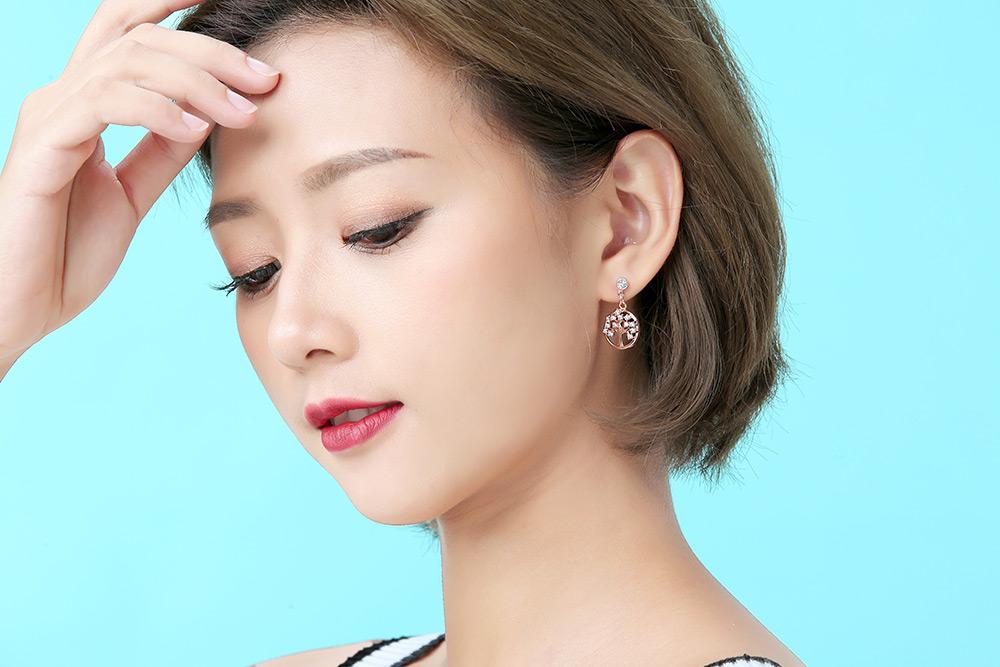 模特兒配戴展示:時尚的簍空小樹造型,滿滿的個人特色,帶有一點文青風格,開發新式無耳洞黏貼式設計,輕鬆使用無負擔,免除長時間配戴耳夾/夾式耳環的不舒適感。