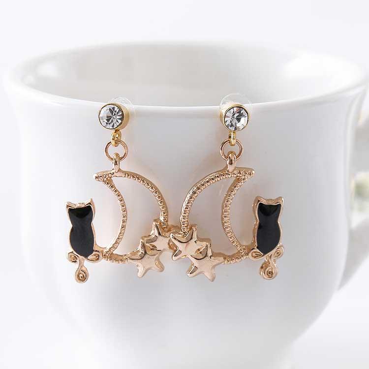 可愛星月黑貓 耳針/黏式耳環,桌上展示。