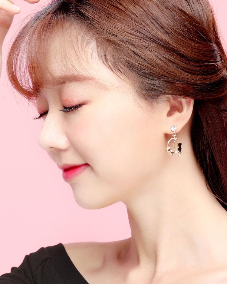 可愛星月黑貓 耳針/無耳洞黏貼式耳環 模特兒展示