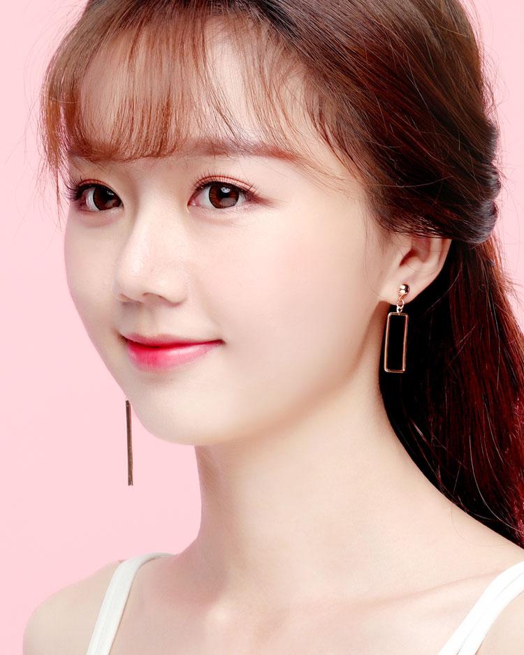 獨特個性一字墜簍空不對稱 耳針/無耳洞黏貼式耳環 模特兒展示