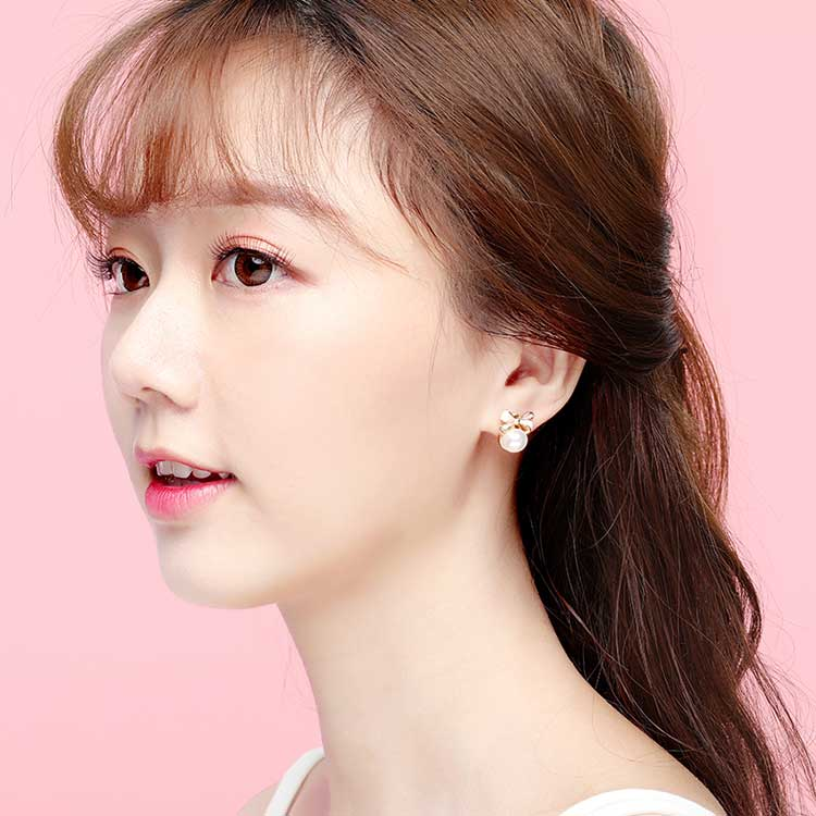 模特兒配戴展示:可愛甜美的粉嫩蝴蝶結搭配圓潤光滑的潔白珍珠,讓您展現優雅可人的清新氣息,全新研發黏貼式設計,免除穿/夾耳洞所造成的不適感,美美打扮更輕鬆