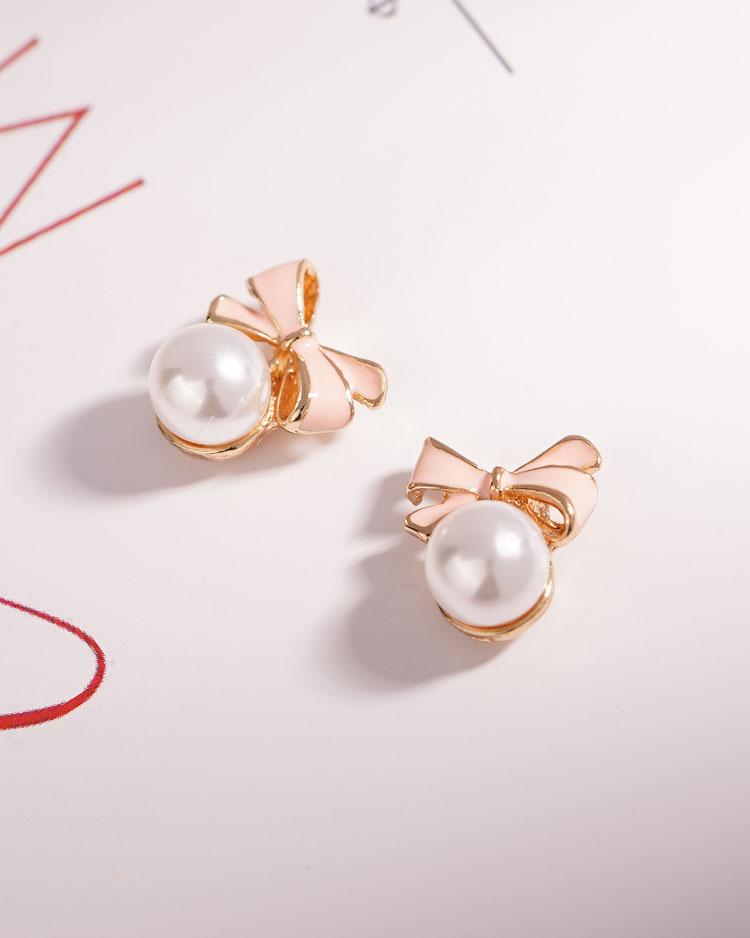 甜美可愛蝴蝶結珍珠 耳針/無耳洞黏貼式耳環 場景展示
