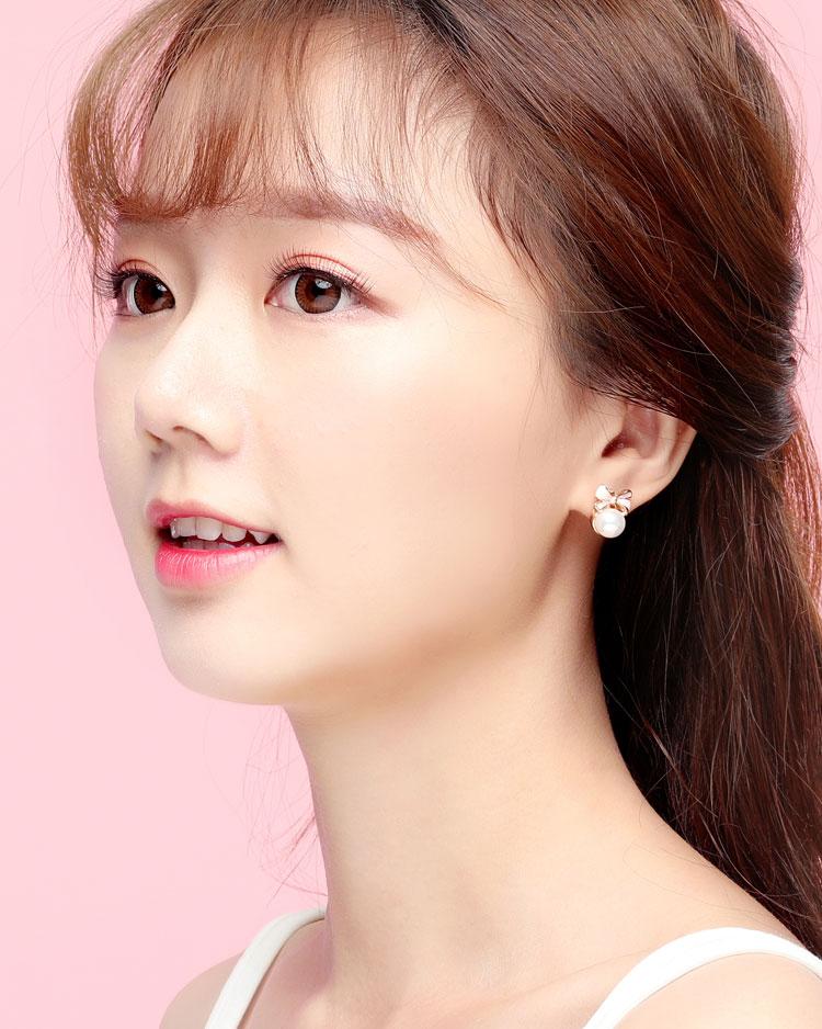 甜美可愛蝴蝶結珍珠 耳針/無耳洞黏貼式耳環 模特兒展示