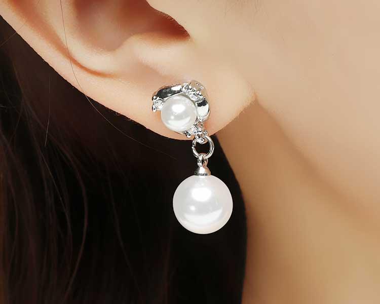 模特兒配戴展示:優雅時尚的雙生珍珠造型,帶給您滿滿的古典優雅感,圓潤潔白的珍珠搭配亮麗五金,奢華高貴典雅迷人,新潮貼式設計,免除穿/夾耳洞所造成的不適感