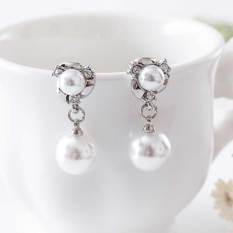 典雅雙生珍珠 耳針/黏式耳環,桌上展示。