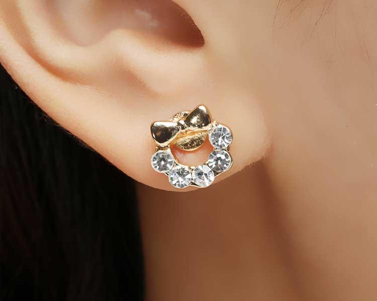 模特兒配戴展示:甜美蝴蝶結水鑽小花環耳環,高品質鋯鑽點綴,光影晃動下閃耀翩翩,創新黏貼式耳環設計,讓目光都聚集在您身上。不用穿耳洞也可以免除長時間配戴耳夾/夾式耳環的不舒適感。