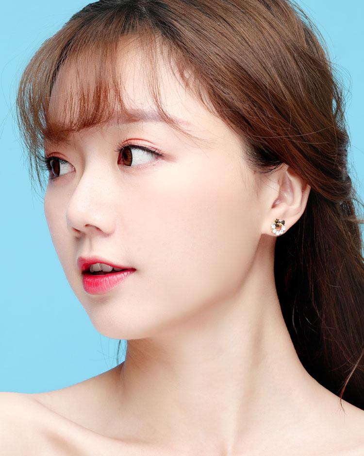閃閃水鑽蝴蝶結小花環 耳針/無耳洞黏貼式耳環 模特兒展示