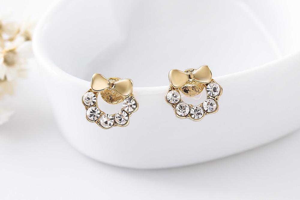 閃閃水鑽蝴蝶結小花環 耳針/黏式耳環,桌上展示。