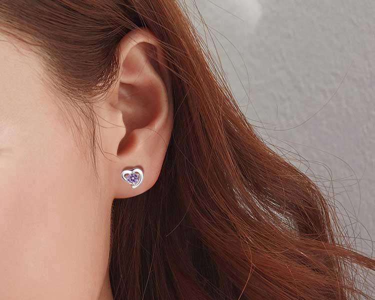 模特兒配戴展示:細膩切割的水晶與典雅的愛心白金相互輝映為你譜出一段動人的紫色戀曲,光影晃動下閃耀翩翩,黏貼式耳環設計,不穿耳洞免除長時間配戴耳夾/夾式耳環的不舒適感