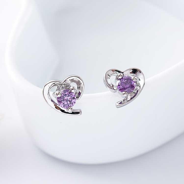 璀璨愛情紫水晶 耳針/黏式耳環,桌上展示。