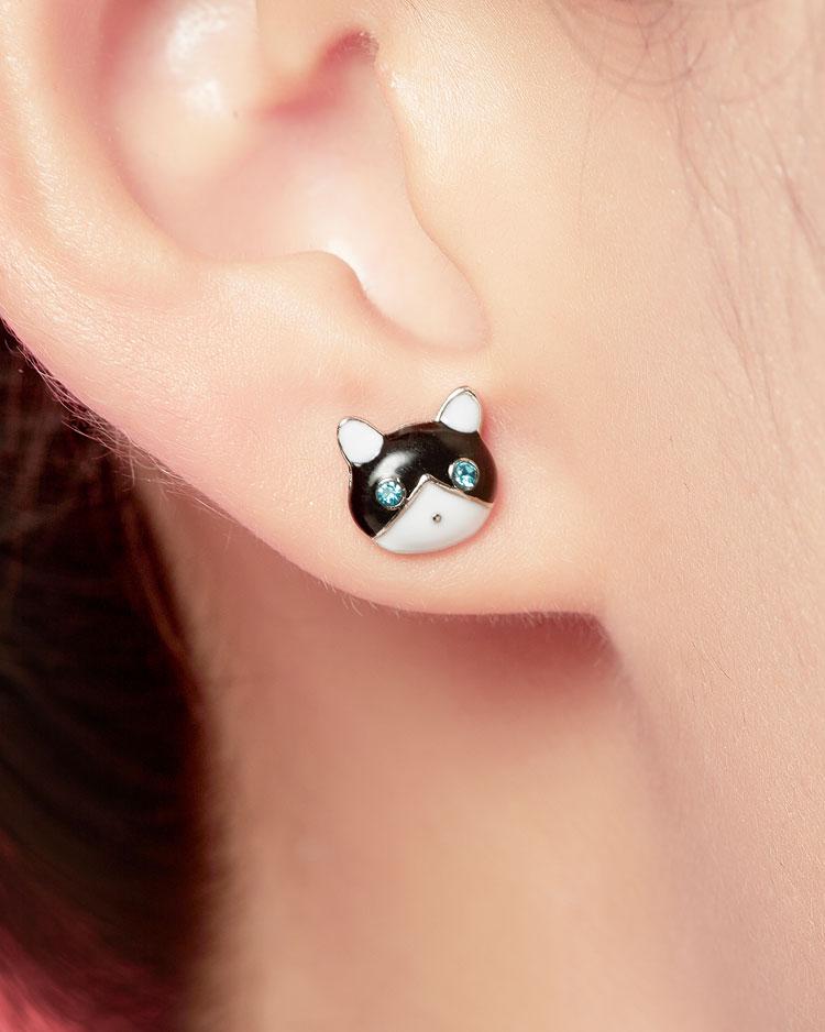 貓與小魚不對稱 無耳洞黏貼式耳環 模特兒展示