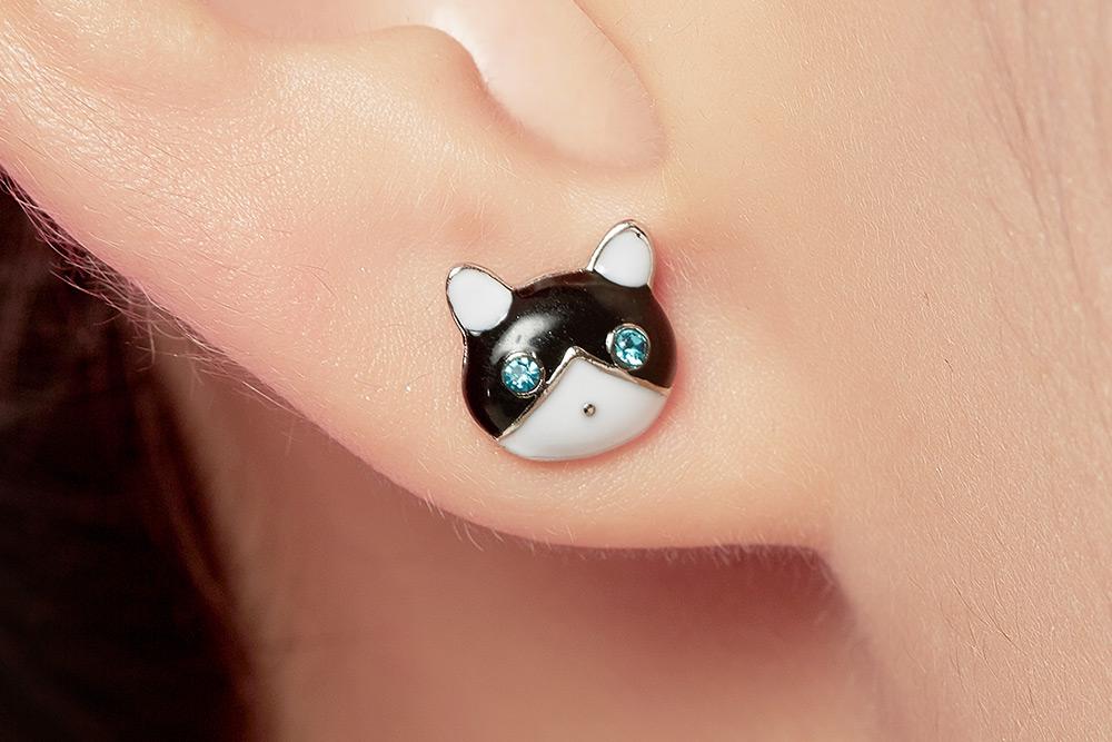 模特兒配戴展示:亮眼吸睛可愛,現在就將充滿童趣的小貓與小魚綴於耳側展現你的清新甜美,免穿耳洞的黏貼式設計,免除配戴耳夾/耳針的不適感,讓妳美美打扮輕鬆外出